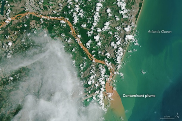Contaminated_Rio_Doce_Water_Flows_into_the_Atlantic_(23414457121)
