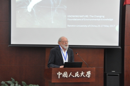 Donald Worster introducing the keynote speaker, Dagmar Schäfer. Photo: Liu Shahang.