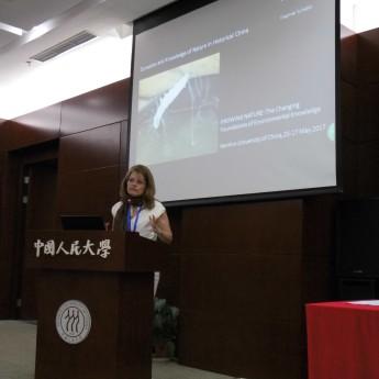 Keynote speaker Dagmar Schäfer during her presentation on the silk worm. Photo: Katrin Kleemann