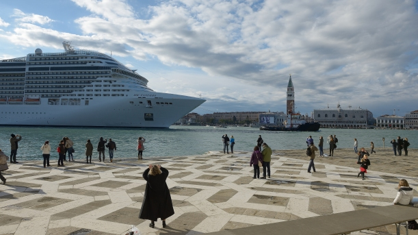figure 1 Cruiseship_passing_Venice