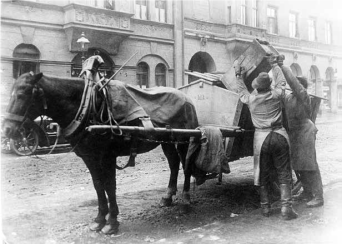 Two Aschenmänner fill a Harritschwagen. The job of pulling the carts was suitable for old, and therefore weaker, horses.