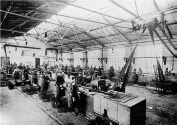 Sorting hall in the household waste utilization site in Puchheim. While the rubbish collection was only carried out by men, the separation on the conveyor belt was a job reserved solely for women.