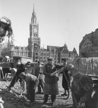 Debris removal at the Marienplatz.