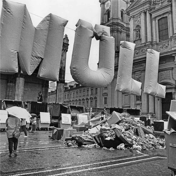 A public demonstration at the Odeonsplatz criticizes the rising amounts of waste in the 80s.